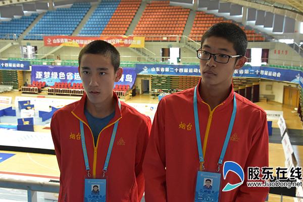 4烟台击剑队员宋腾(左)张育铭(右)回顾比赛经历