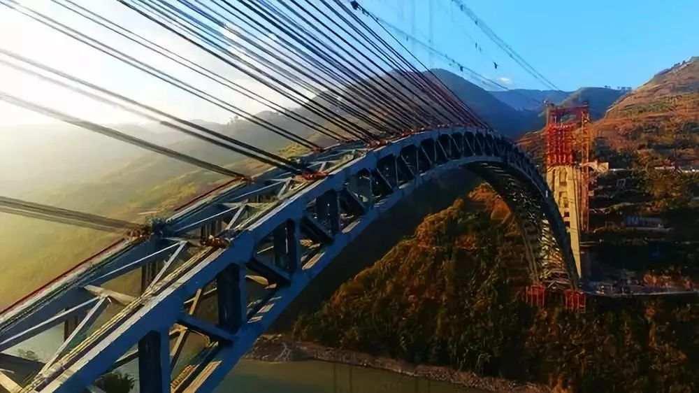 世界最大跨度铁路拱桥合龙 可同时停靠4列火车