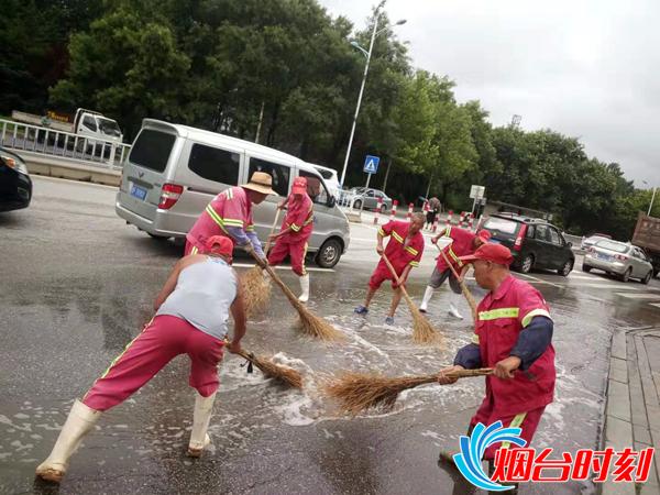 环卫工人正在清理路面积水