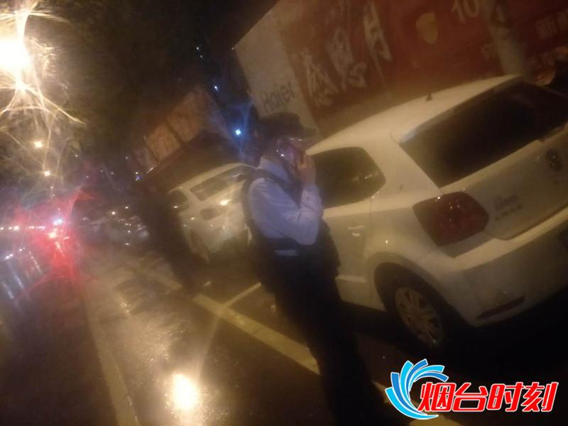 晚10时许,民警逐车查询车主电话,通知其立即将车挪至安全地带_副本