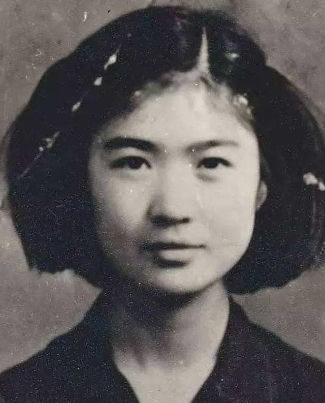 刘胡兰的二妹刘爱兰,外貌神情和姐姐非常相似